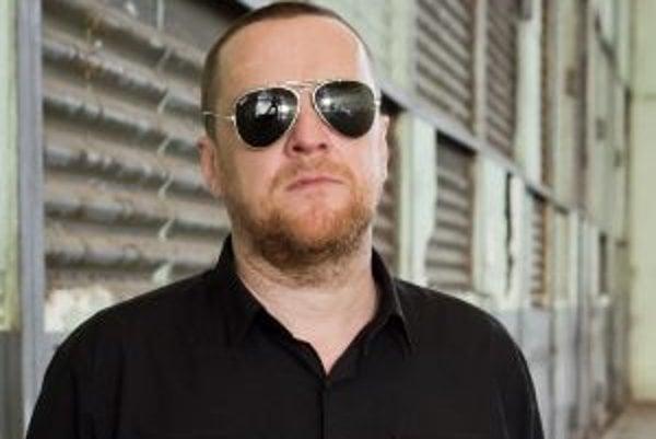 Narodil sa v roku 1969, jeho vlastné meno je Miloslav Láber. Vyrastal v Nitre a Bratislave. V roku 1989 bol pri vzniku skupiny Slobodná Európa, s ktorou nahral niekoľko albumov, jej lídrom je dodnes. Kapela tento rok vydáva nové CD, krstiť ho bude na fest