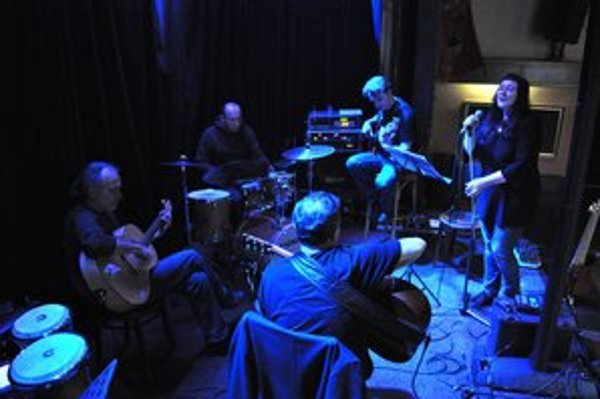 Katarína Koščová počas skúšky s členmi kultovej kapely Nerez. V najbližších dňoch ich uvidíte aj u nás.