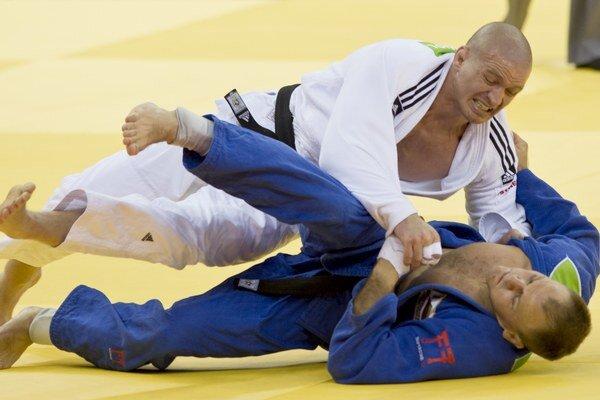 Milan Randl (v bielom) urputne bojoval, ale na Litovčana Bauzu napokon nestačil.