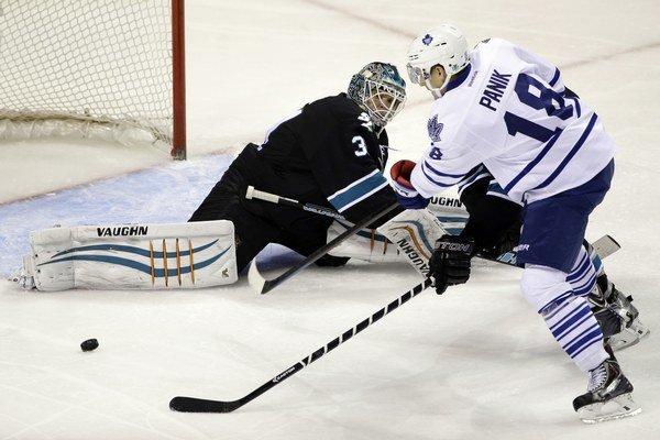Antti Niemi zasahuje proti šanci Richarda Pánika z Toronta Maple Leafs.