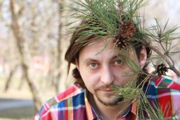 Narodil sa v roku 1977 v Brezne. Vyštudoval herectvo na VŠMU v Bratislave. Je členom divadla Astorka Korzo 90, hrá aj v SND. Glosoval v relácii Sedem, hral vo viacerých seriáloch (Profesionáli, Keby bolo keby, Panelák, Ordinácia v Ružovej záhrade a iné),