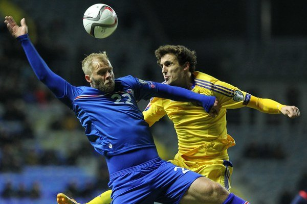 V marci tohto roka sa Gudjohnsen (vľavo) predstavil aj v drese národného tímu v súboji proti Kazachstanu.