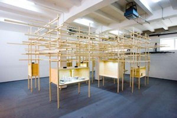 Pohľad na inštaláciu, ktorú navrhol dizajnér Maxim Velčovský pre výstavu Křehký Stories v galérii Art Design Project.