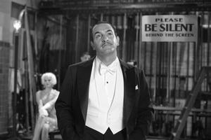 Film The Artist má desať nominácií na Oscara. Jean Dujardin už dostal za postavu neprispôsobivého herca cenu na festivale v Cannes a má už aj Zlatý glóbus.
