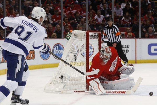 """Gólman """"červených krídel"""" pripravil hokejovým fanúšikom vďaka svojmu zákroku nevšedný zážitok."""
