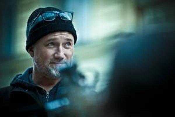 David Fincher (49) režisérsky debutoval v sci-fi Votrelec 3 (1992), nakrútil drsný triler Seven (1992), kultový Klub bitkárov (1999). Jeho filmy  Podivuhodný prípad Benjamina Buttona (2008) a Sociálna sieť (2010) dostali šesť Oscarov.