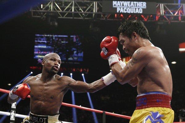 Manny Pacquiao (vpravo) bojoval proti Floydovi Mayweatherovi so zranením.