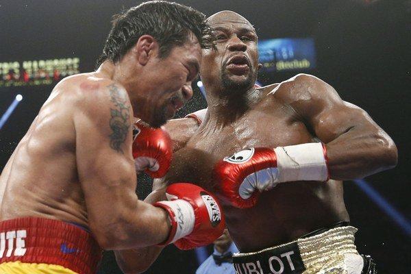 Manny Pacquiao (vľavo) boxoval so zraneným ramenom.