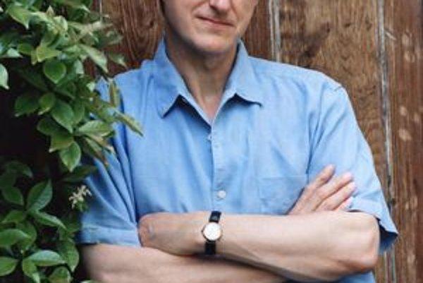 Barnes sa do finálovej šestice dostal štvrtý raz a prestížnu Man Bookerovu cenu s románom Pocit konca získal.