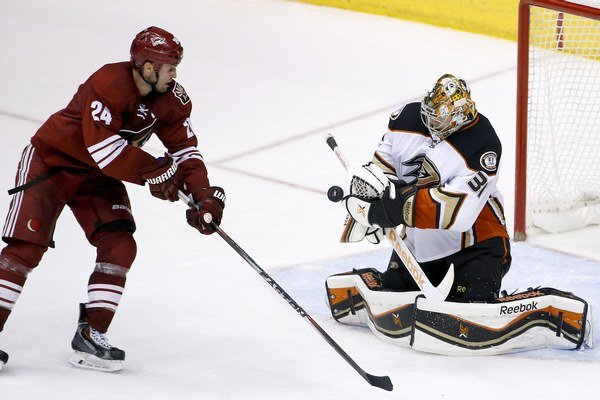 Dánsky brankár Frederik Andersen je oporou tímu Anaheim Ducks.