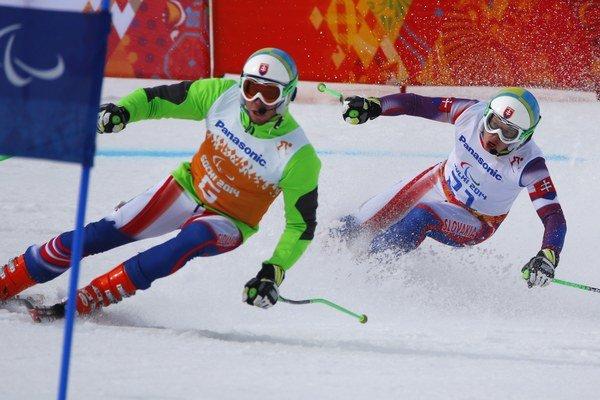 Slovenský lyžiar Miroslav Haraus (vpravo) a navádzač Maroš Hudík.