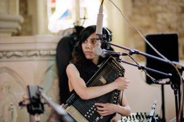 Najnovší album Let England Shake nahrávala PJ Harvey v kostole a používala netradičný nástroj – autoharfu.