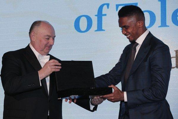 Samuel Eto'o si preberá ocenenie z rúk Mosheho Kantora, prezidenta Európskej rady tolerancie a zmierenia.