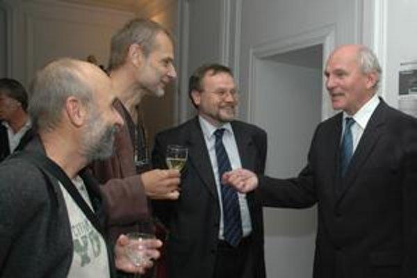 František Mikloško (vpravo) sa vyznáva aj z priateľstva s výtvarníkmi, ktoré sa začalo v 70. rokoch. Na snímke s Deziderom Tóthom (zľava) a Danielom Fischerom.