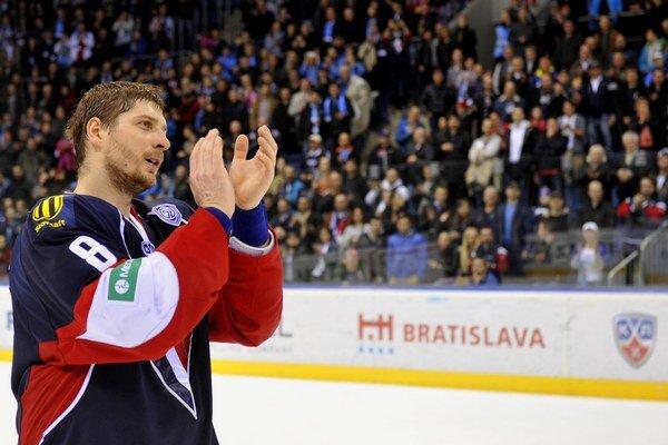 Obranca Slovana Michal Sersen sa lúči s fanúšikmi po poslednom zápase tejto sezóny.