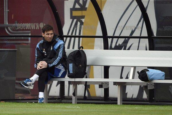 Lionel Messi sedí na lavičke počas tréningu v americkom meste Landover 27. marca.