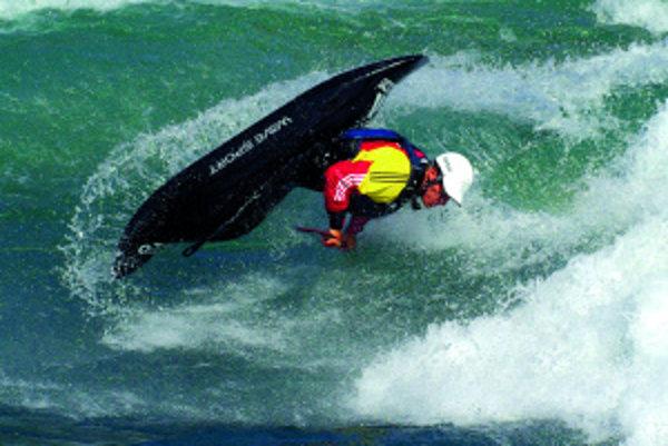 Kajakový freestyle je akousi akrobaciou na vode. Vjúni budú majstrovstvá sveta, na ktoré Peter Csonka vsúčasnosti trénuje