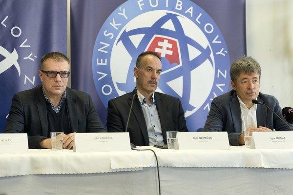 Nový zákon podporili aj prezident Slovenského futbalového zväzu Ján Kováčik (vľavo), prezident Slovenského zväzu ľadového hokeja Igor Nemeček (v strede) a generálny sekretár Slovenského tenisového zväzu Igor Moška.