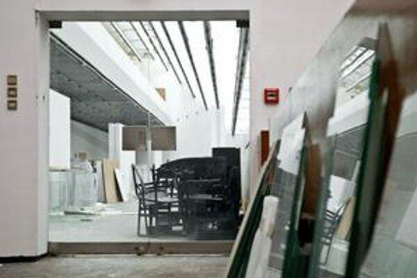 Výstavné priestory slúžia len ako skladisko. Budova je zvnútra zničená, v stenách sú diery.