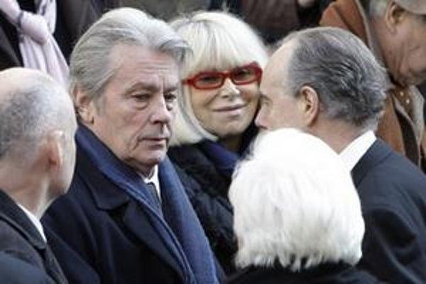 Alain Delon po príchode na cintorín Pere Lachaise.
