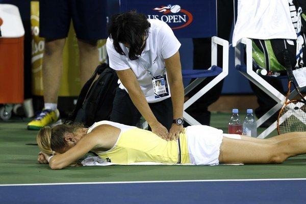 Slovenskú tenistku Magdalénu Rybárikovú ošetrujú počas zápasu 1. kola grandslamového turnaja US Open proti Dánke Caroline Wozniackej v New Yorku 25. augusta 2014.