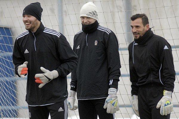 Jednou z nových posíl Ružomberka je brankár Štefan Senecký (vpravo). Matúš Putnocký (v strede) zasa klub opúšťa.