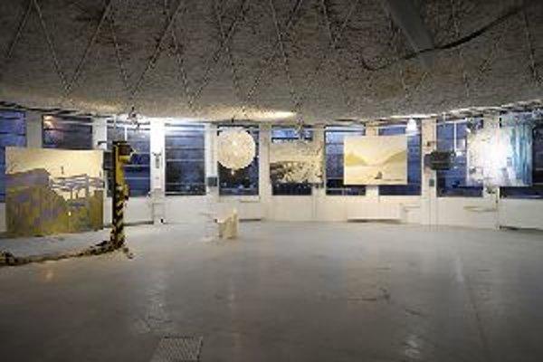 Pohľad na výstavu v bratislavskom showroome Max Klinger. Všetky diela nájdete aj v knihe Juliany Mrvovej Deleuze na pláži.