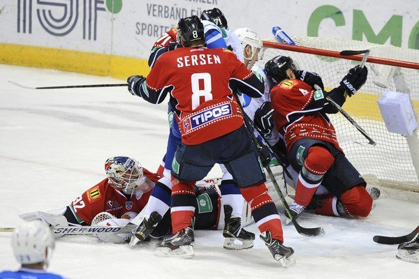 Hráči Slovana v netradičných červených dresoch počas Vianoc. Ilustračná snímka.