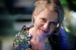 Tina Diosi (1973) vyštudovala filmovú scenáristiku a dramaturgiu a tiež filmovú vedu na bratislavskej VŠMU. Podľa jej scenárov boli nakrútené filmy Neverné hry (r. Michaela Pavlátová, 2003, film získal zvláštnu cenu poroty New Directors Award na 51. M