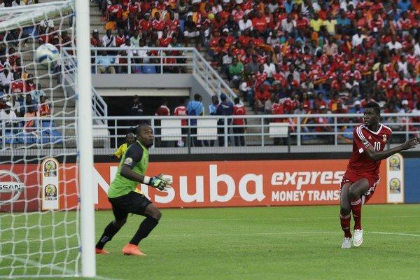 Konžský hráč Fode Dore (vpravo) skóruje do bránky Demokratickej republiky Konga vo štvrťfinále Afrického pohára národov.