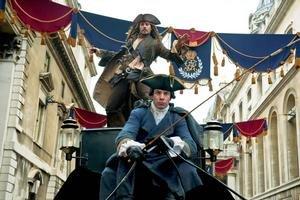 Johnny Depp a jeho originálna zábava. Z kapitána Jacka Sparrowa vytvoril napoly bystrú, napoly pripečenú postavu. Film Piráti z Karibiku: Na vlnách podivna príde do kín v máji.