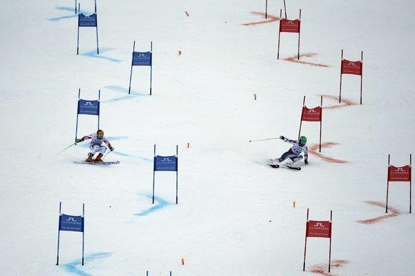 Rakúšan Marcel Hirscher (vľavo) a Kanaďan Phil Brown na trati paralelného slalomu vo finále súťaže tímov.