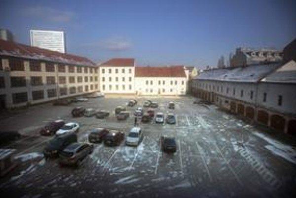 Z kasární v centre Bratislavy má byť multifunkčné kultúrne centrum. Kedy to bude, ešte jasné nie je.