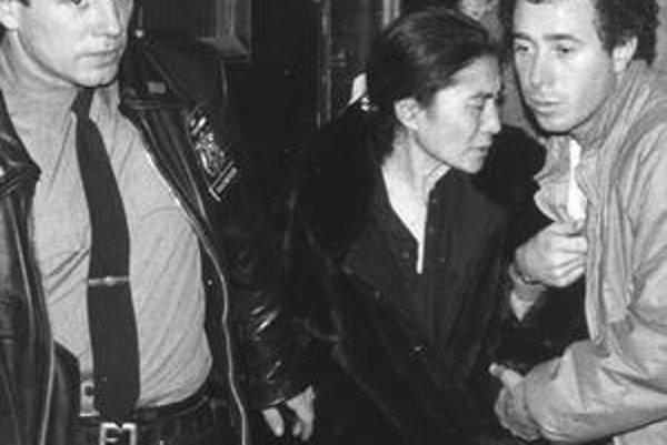 Yoko Ono po smrti manžela v nemocnici. Pár hodín pred vraždou dal Lennon Chapmanovi autogram.