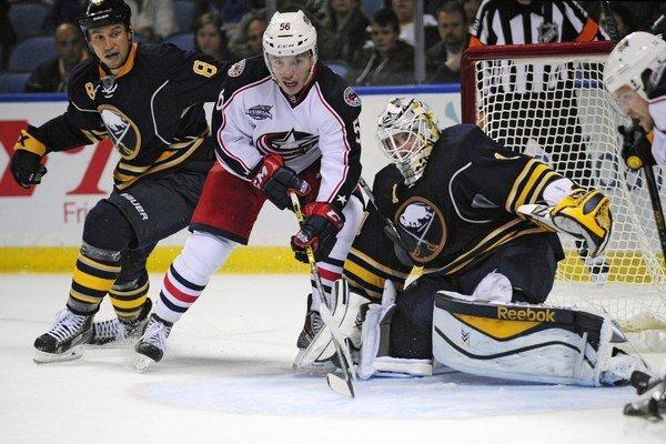 Marko Daňo (v strede) debutoval v NHL v tejto sezóne 9. októbra na ľade Buffala.