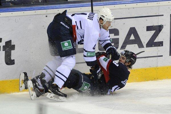 Vľavo Geoff Kinrade (Záhreb) a vpravo Žiga Jeglič (Slovan).