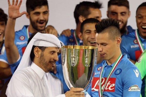 Futbalisti SSC Neapol po dlhých 24 rokoch priviezli domov taliansky Superpohár. Vo finále, ktoré sa odohralo v katarskej Dauhe na štadióne Jassima bin Hamada, zdolali Juventus po penaltovom rozstrele 6:5. Na snímke vpravo Marek Hamšík, naľavo pohár mu odo