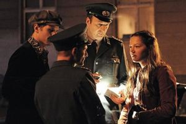 Martinov otec je generálom Stasi, Juliina matka vystupuje proti režimu. Kedysi  mali k sebe aj oni blízko.
