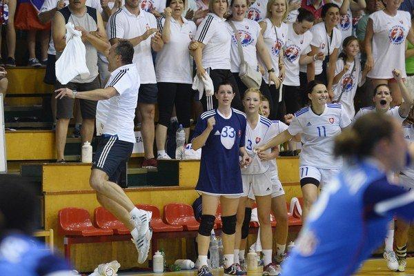 Radosť slovenských hádzanárok a trénera Dušana Poloza (vľavo) po zápase v 2. kvalifikačnej skupine o postup ME 2014 medzi Slovenskom a Francúzskom 11. júna 2014 v Šali.