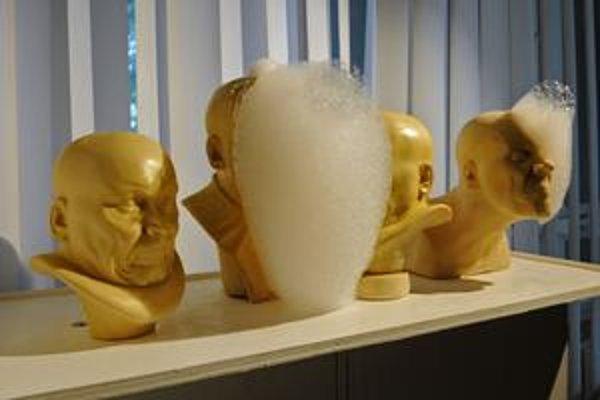 Z odliatkov Messerschmidtových hláv tentoraz vychádza pena. Na druhej snímke zrkadlovosvetelná inštalácia Anjel.