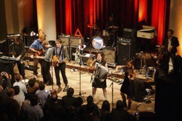 Arcade Fire začínali v malých sálach, ale rýchlo sa prepracovali k veľkému publiku.