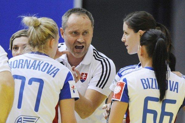 Tréner hádzanárok Dušan Poloz (uprostred).