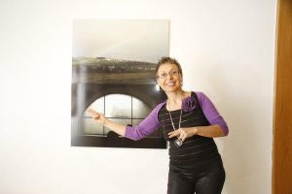 Lucia Benická (1963), absolventka dejín umenia na FFUK Bratislava. Kurátorka, artmanažérka, lektorka, publicistka a organizátorka výstav. Realizovala množstvo výstav z oblasti fotografie v SR a zahraničí. V rokoch 1987 - 1992 kurátorka Galérie umelcov Spi
