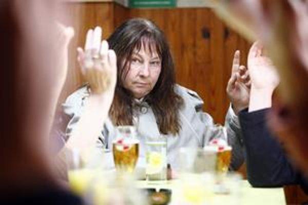 Vo fabrike sa hlasuje: Je nápad najať vraha dobrý? Vo filme Louise– Michel hrá hlavnú úlohu Yolande Moreau.