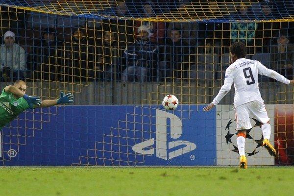 Luiz Adriano strieľa jeden zo svojich piatich gólov.