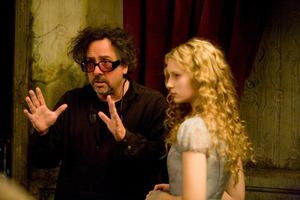 Režisér Tim Burton s predstaviteľkou filmovej Alice, austrálskou herečkou poľského pôvodu Miou Wasikowskou.