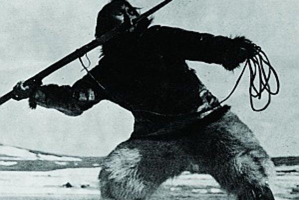 Nanuk pri love mrožov. Jeho skutočné meno bolo Allakariallak. Pri love už bežne používal pušku, Flaherty ho presvedčil, aby pred kamerou skúsil loviť spôsobom, ako jeho predkovia