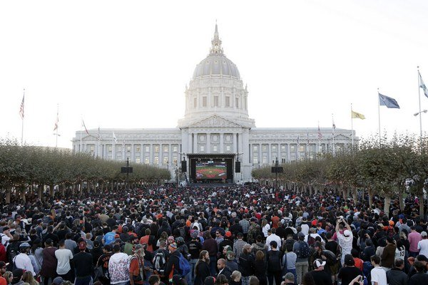 Fanúšikovia v San Franciscu sledujú šiesty zápas.