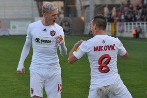 Ján Vlasko (vľavo) a Martin Mikovič oslavujú gól do bránky Slovana.