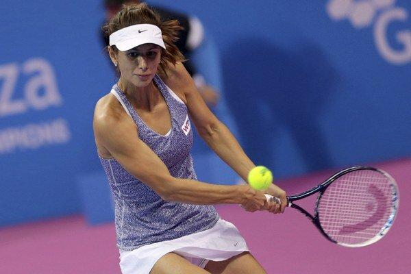 Cvetana Pironkovová odvracia loptičku Dominike Cibulkovej v úvodnom zápase 28. októbra. Cibulková zvíťazila 6:3, 7:6.